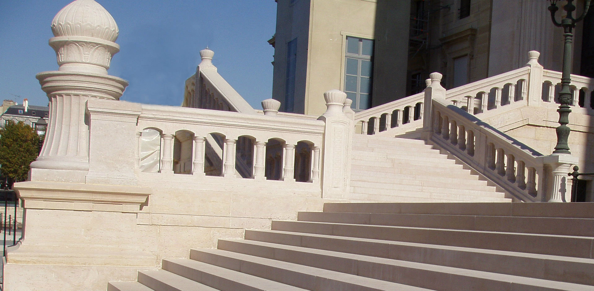 Escalier massif palais de justice de Paris en comblanchien